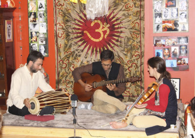 Concert à Besançon, 2017. Ashish Sarwate à la guitare, Marie-Line Aubry au violon, Roméo Monteiro au Pakhawaj